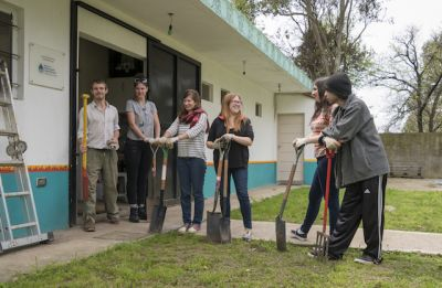 Volunteer spend the day in Pacheco Community